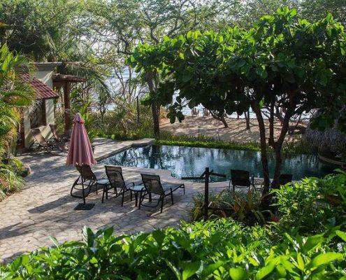 Casa de Luz pool overlooks the beach